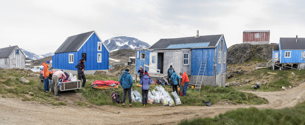 Greenland, Sermersooq, Kulusuk, Schweizerland Alps, group of people setting up camp - ALRF00921