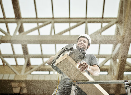 Austria, worker sawing wood - CVF00282