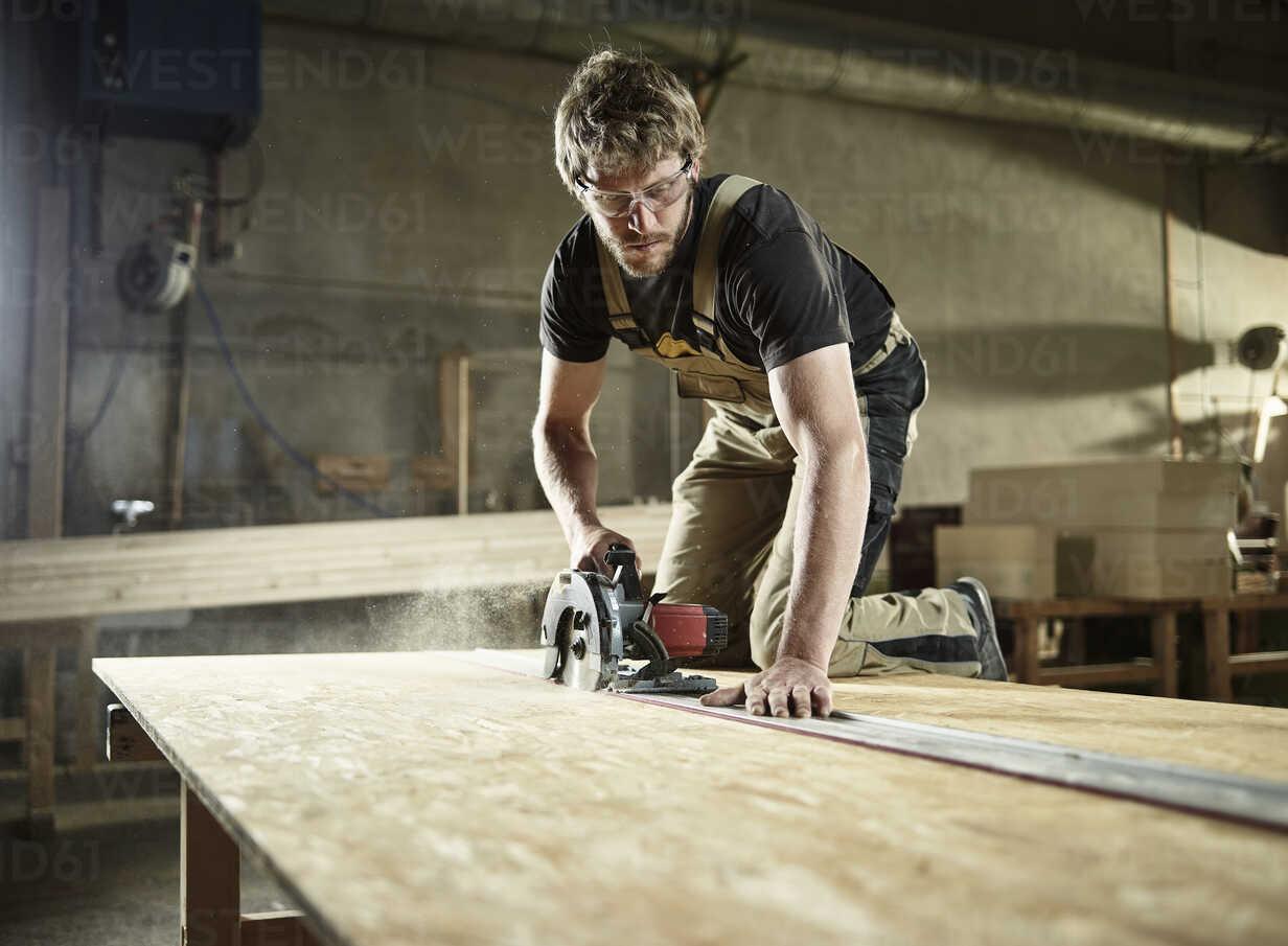 Carpenter sawing wood with handsaw - CVF00291 - Christian Vorhofer/Westend61
