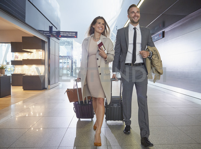 Business people walking pulling suitcases in airport concourse - CAIF10313 - Chris Ryan/Westend61