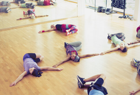 Exercise class doing twisted stretch in studio - CAIF11692