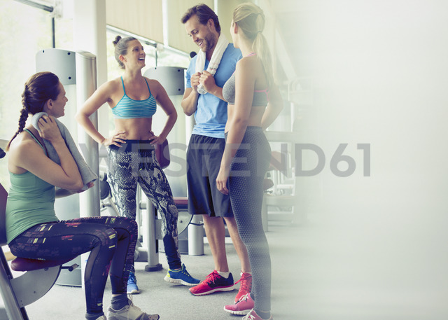 Friends talking and resting at gym - CAIF11818 - Sam Edwards/Westend61