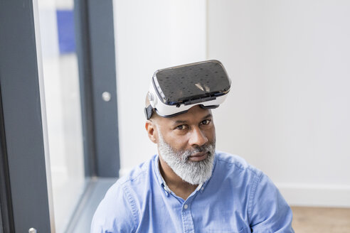 Portrait of businessman with Virtual Reality Glasses - FMKF04926