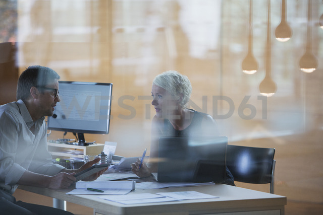 Business people talking at office desk - CAIF14896 - Tom Merton/Westend61