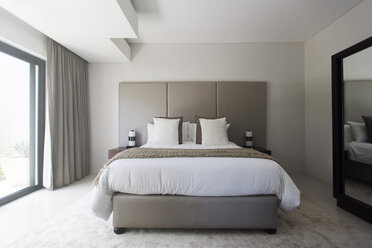 Modern white and beige bedroom with double bed - CAIF15518