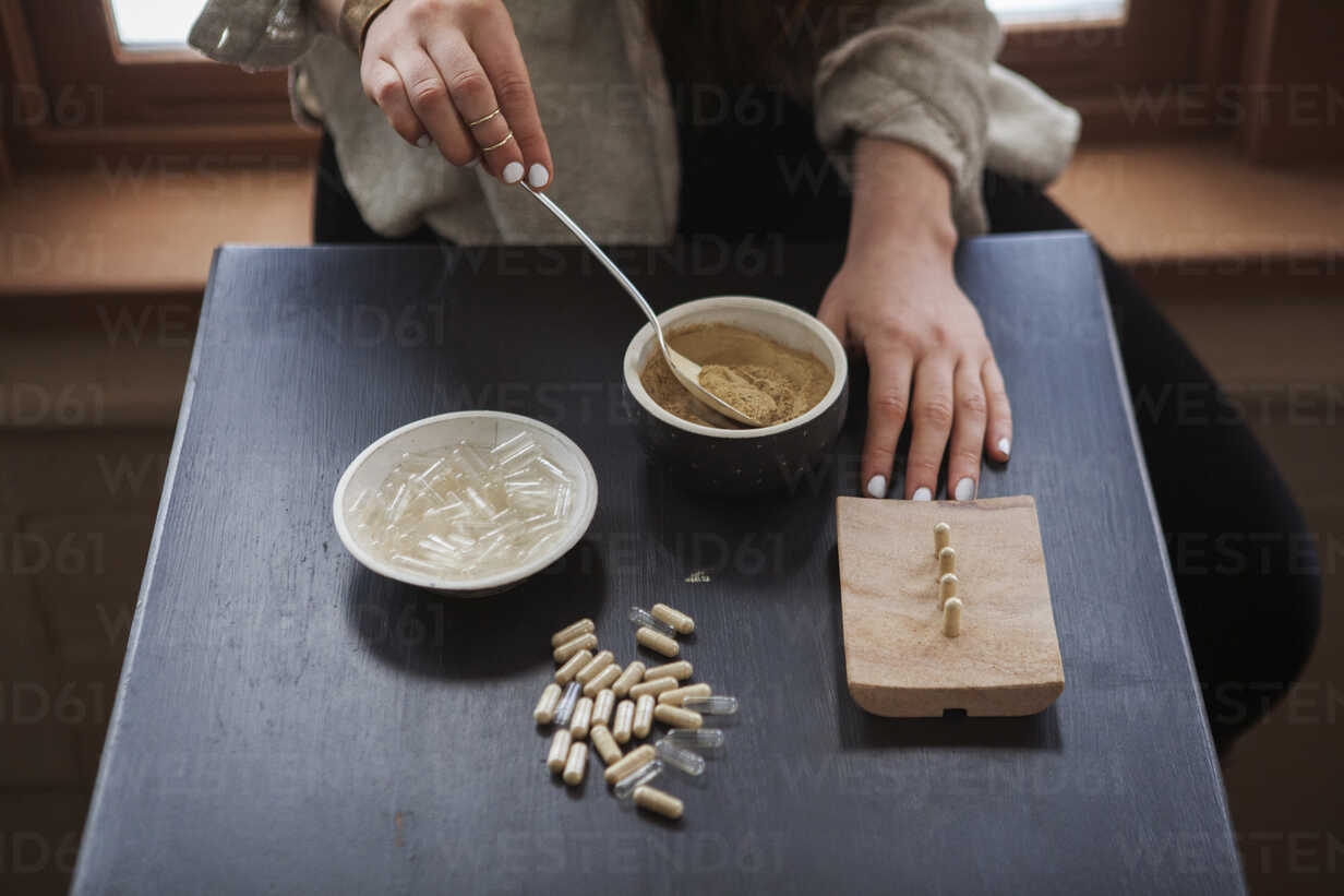 Midsection of woman making herbal medicines at home - CAVF06986 - Cavan Images/Westend61