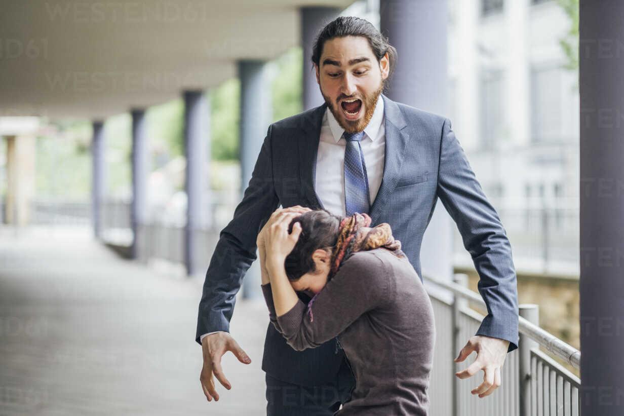 Businessman screaming at woman - JSCF00062 - Jonathan Schöps/Westend61