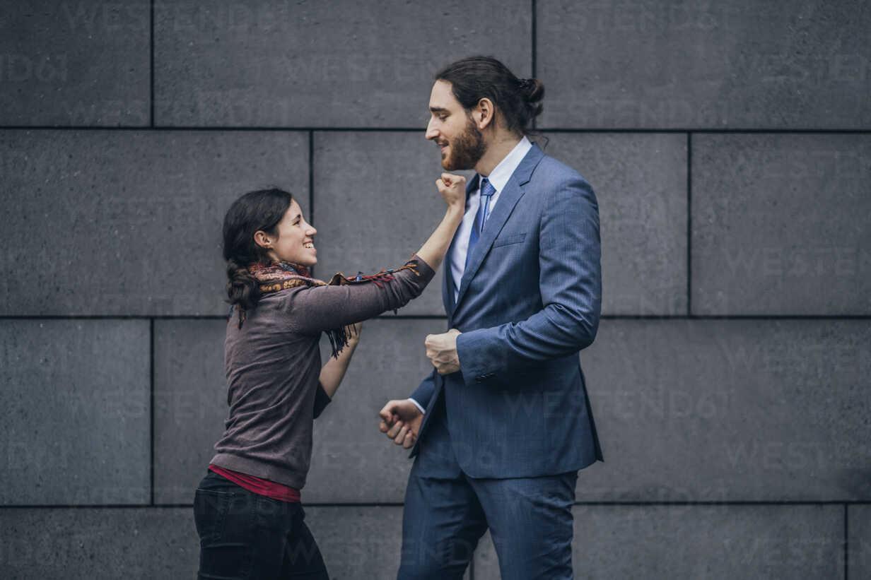 Businessman and woman fighting - JSCF00098 - Jonathan Schöps/Westend61