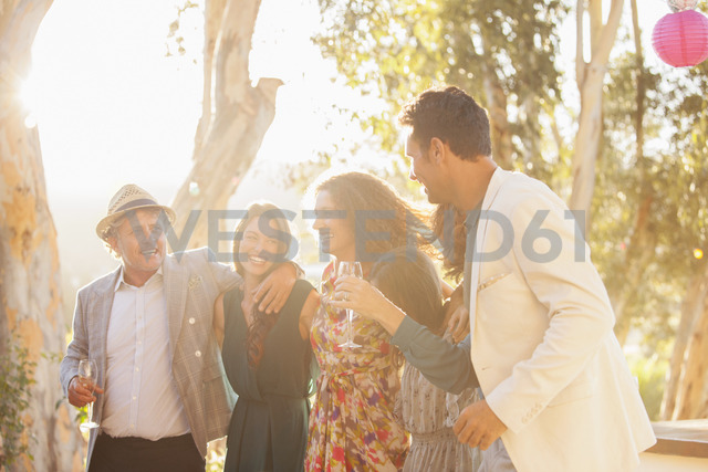 Family celebrating with drinks - CAIF16750 - Martin Barraud/Westend61