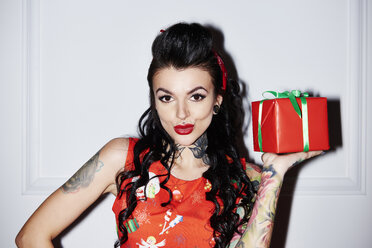 Portrait of tattooed woman with gift - ABIF00129