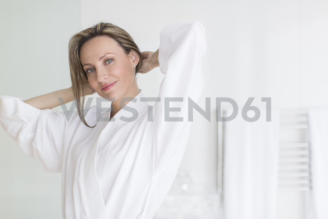 Smiling woman wearing bathrobe - CAIF17179 - Astronaut Images/Westend61