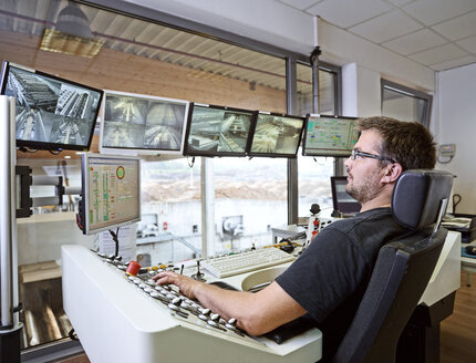 Worker controlling production with monitors - CVF00316