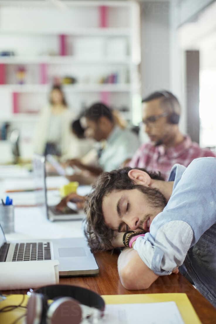 Man sleeping at desk in office - CAIF17321 - Paul Bradbury/Westend61