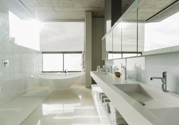 Sunny modern bathroom - CAIF17869