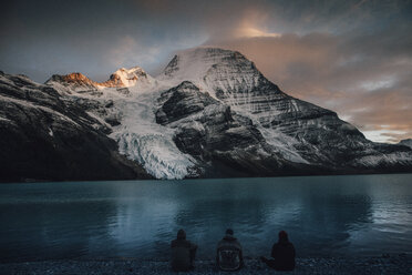Canada, British Columbia, Mount Robson Provincial Park, hikers resting at Berg Lake at dusk - GUSF00566