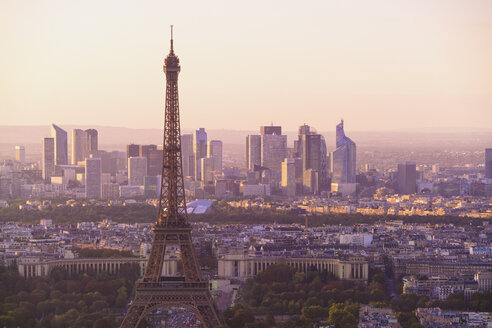France, Paris, Eiffel Tower and La Defense in the background in the morning light - TAMF00953