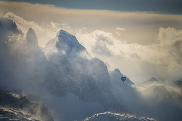 Austria, Salzkammergut, Hot air balloon over Dachstein massif - STCF00391