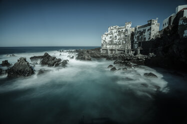 Spain, Canary Islands, Tenerife, Puerto de la Cruz, ramshackle building at the coast - STCF00439