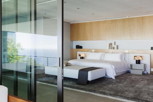 Modern bedroom - CAIF18959