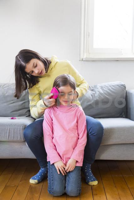 Girl brushing her sister's hair - LVF06791