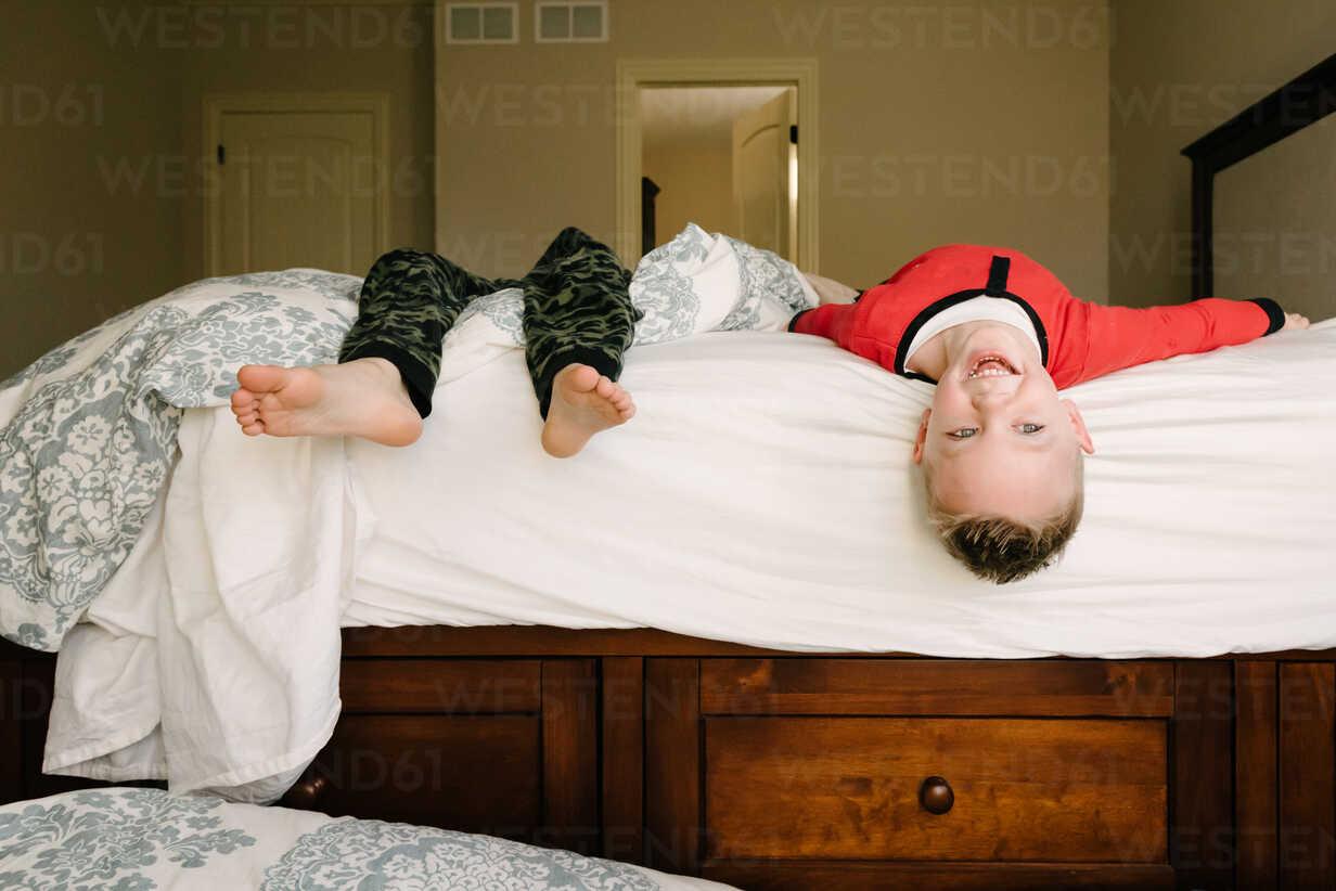 Happy siblings playing on bed at home - CAVF14552 - Cavan Images/Westend61