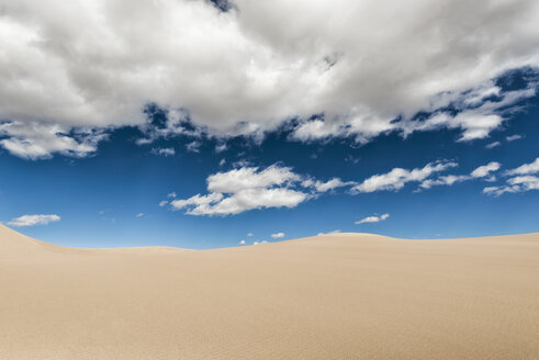 Desert landscape against cloudy sky on sunny day - CAVF15152