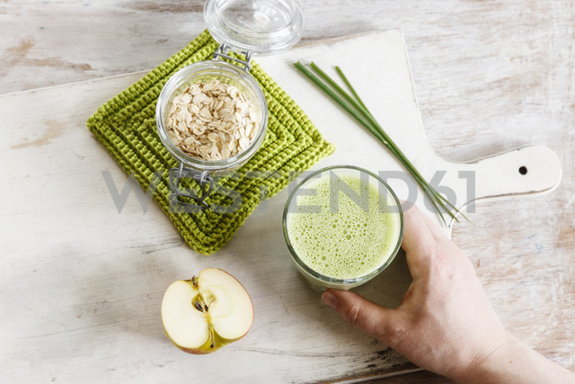 Green smoothie, with apple, spinach, oat flakes and chive - EVGF03316