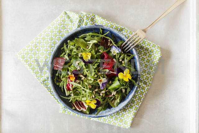 Bowl with salad, lamb's lettuce, rucola, radicchio and edible flowers - EVGF03322