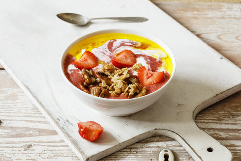 Breakfast Bowl with strawberry, yogurt, granola and linseed oil - EVGF03325