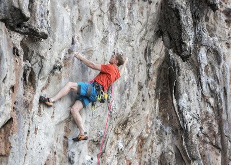 Thailand, Krabi, Lao Liang, climber in rock wall - ALRF01025