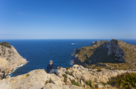 Spain, Balearic Islands, Mallorca, Cap de Formentor, hiker looking at distance - WWF04208