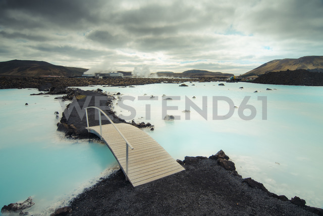 Iceland, Blue lagoon, bridge - STCF00547