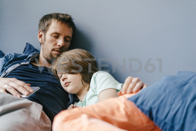 Father and son sleeping at home - KNSF03608