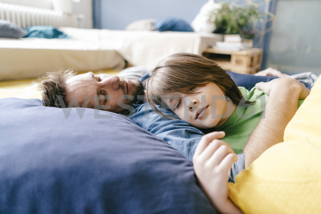 Father and son sleeping at home - KNSF03626