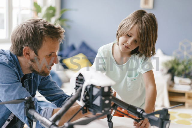 Father and son with drone at home - KNSF03644 - Kniel Synnatzschke/Westend61