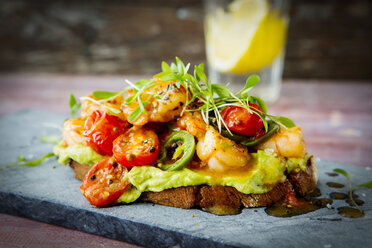 Crostini with shrimps and tomatoes, roasted bread, herbs, avocado cream, sweet chili sauce, jalapenos, cress - KSWF01875