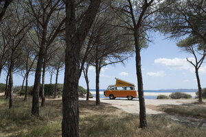 Italy, Sardinia, Posada, man on vacation with an old van - CRF02773