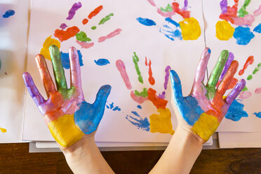 Girl playing with finger paint - SARF03617