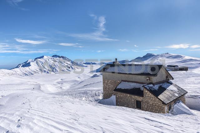Italy, Abruzzo, Gran Sasso e Monti della Laga, Campo Imperatore and Duca degli Abruzzi mountain hut in winter - LOMF00706