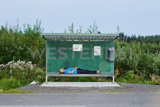 Man sleeping at bus stop - FOLF01448 - Lauri Rotko/Westend61