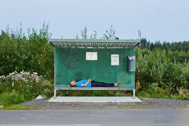 Man sleeping at bus stop - FOLF01448