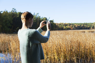 Woman taking pictures of wetland - FOLF01589