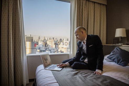 Businessman working in hotel room - FOLF01879