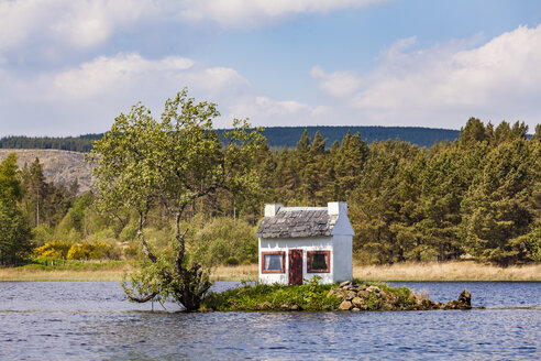 United Kingdom, Schottland, Highlands, Lairg, Loch Shin, small Island with birdhouse - WDF04506