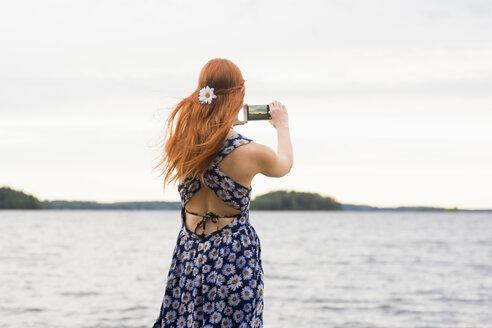 Woman photographing sea - FOLF03690