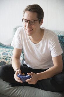 Young man playing video game - FOLF04005