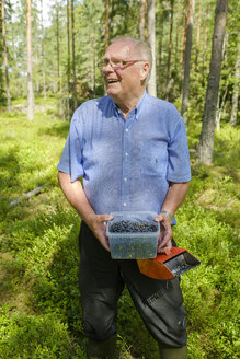 Senior man holding bucket with blueberries - FOLF06026