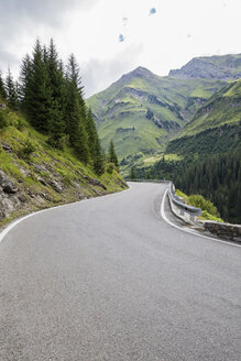 Austria, Vorarlberg, winding narrow alpine road from Warth to Lech, Lech valley - GWF05490