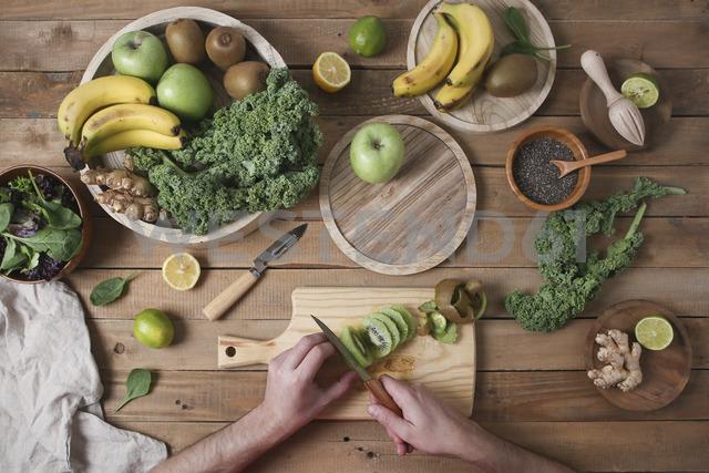 Man preparing green smoothie slicing kiwi - RTBF01122 - Retales Botijero/Westend61
