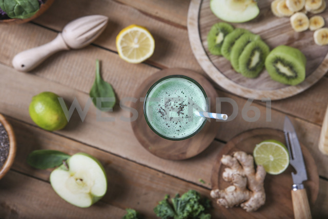 Green smoothie surrounded by ingredients - RTBF01128 - Retales Botijero/Westend61